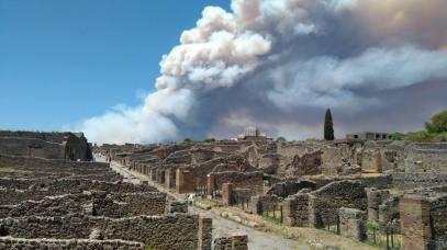 Smoke trail seen in Pompei