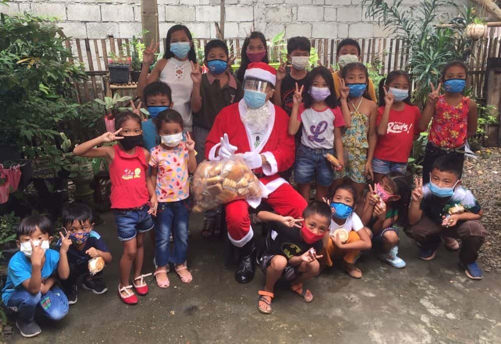 Santa visit to Malay before Christmas 2020 included a stop in Balusbos.