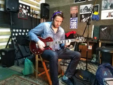 Jacob Axel Peter grabando el single Father en Earz Studio
