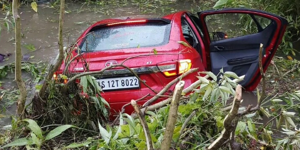 India(Assam): An Axis Bank employee dies in road accident at Biswanath, one injured. India News, Assam News, Assam, Biswanath, Accident, India, Police,