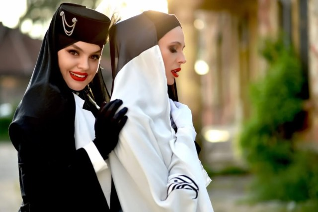 Hijab and Gothic: Buttoned up to the throat or with a cleavage, a woman must be respected!