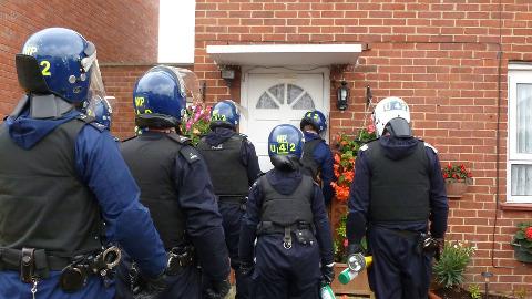 Metropolitan officers poised to raid address. Photo: Metropolitan Police.