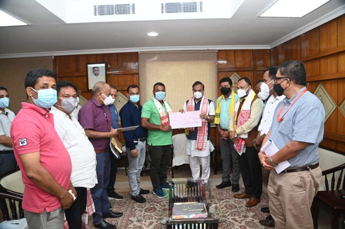 Assam CM hands over Rs 7 lakh cheque to Lovlina Borgohain's father