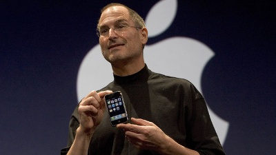 Steve-Jobs-with-first-iPhone--2007_20161005174912-159532