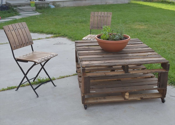 DIY wood pallet lounge chair