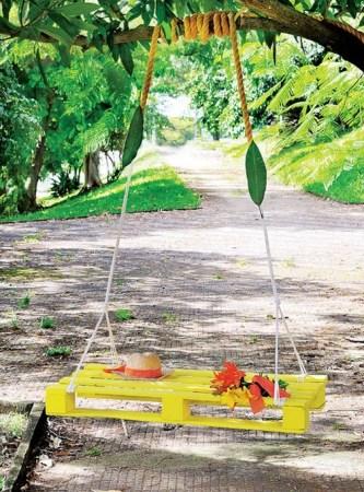 DIY hanging pallet swing