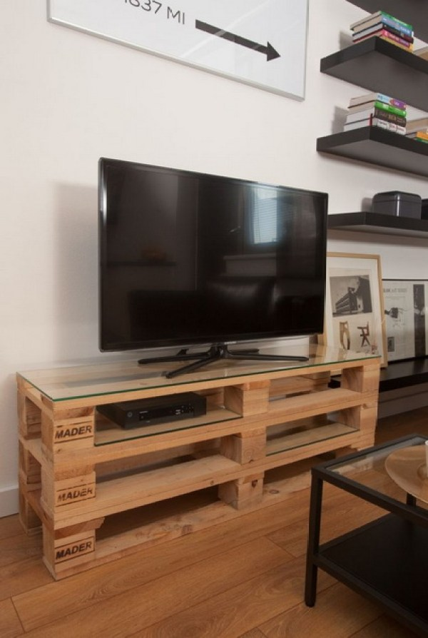 TV STAND OUT OF WOODEN PALLETS