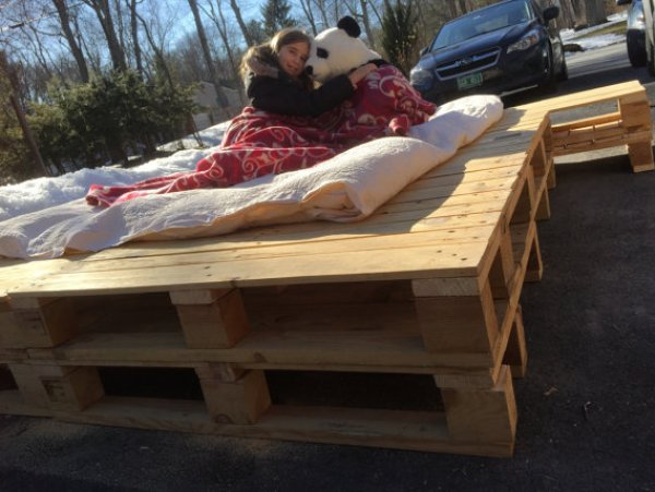 Build your own stacked pallet bed