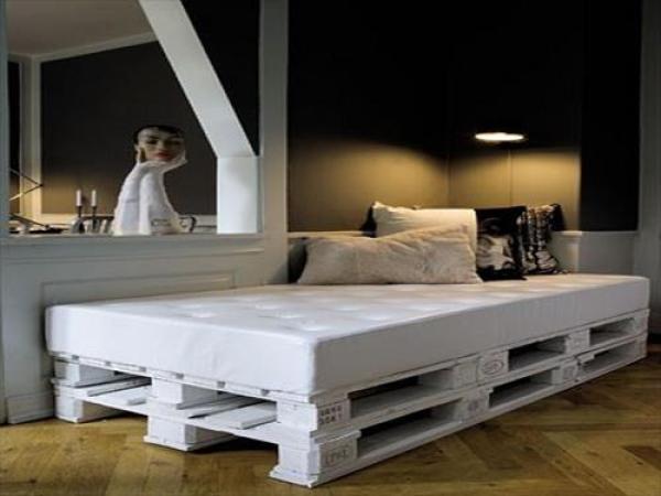 DIY white Pallet Bed