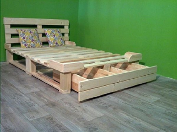 HOMEMADE PALLET BED