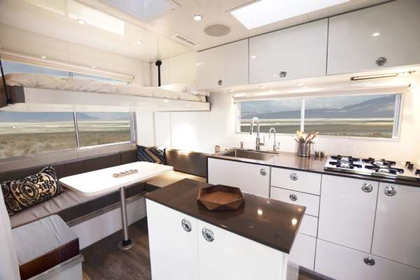mobile home on wheel