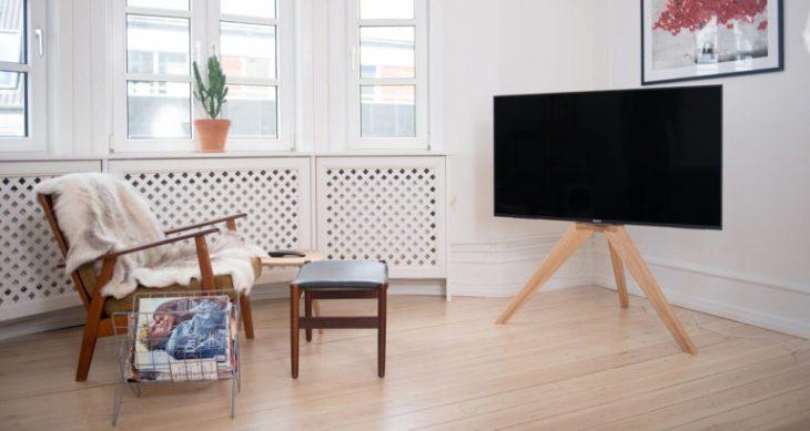 Elegant-DIY-Tripod-TV-Stand-768x409