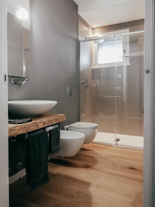 bagno padronale con parquet2  easyrelooking