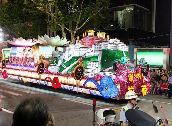 Floats parade on 2011 Shanghai Tourism Festival