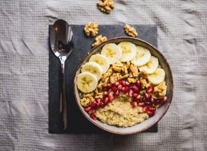 Hirse Porridge: mit Löffel
