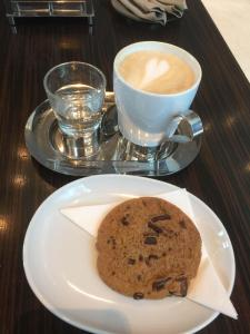 Hotel Review JW Marriott Marquis Dubai: Lobby Lounge 3 coffee cookie