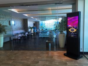 Hotel Review JW Marriott Marquis Dubai: Pool 1 Coffee Shop