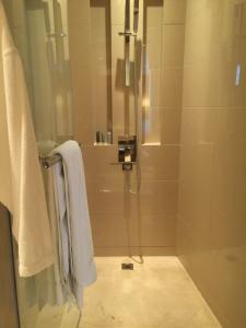 Hotel Review JW Marriott Marquis Dubai: Bathroom shower