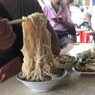 台南路邊攤|盧里長乾麵。「俗又大碗」讓你吃不完打包