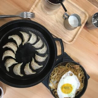 角鑄ㄓㄨˋ。台南五妃街巷弄美食也可以自己煎煎餃!