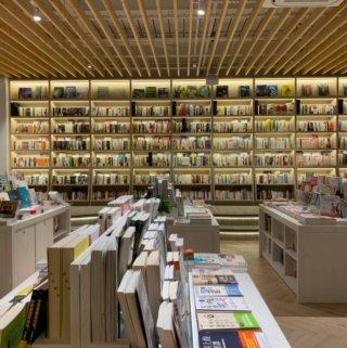 烏邦圖UBUNTU書店。環境比誠品舒適、享受河岸旁的咖啡廳