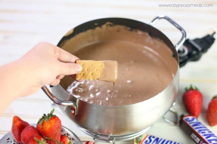graham cracker in fondue