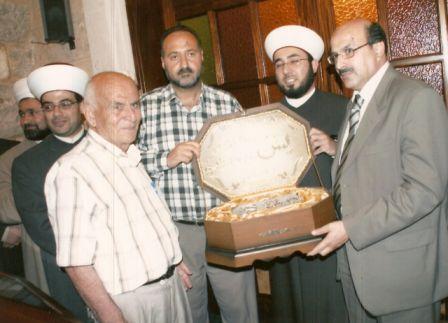 م. محمد فواز والقاضي محمد هاني الجوزو و م . سلام سعد يسلّمون هدية التكريم للمربي سعيد حوحو 2007