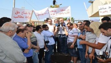صورة إعتصام لأهالي برجا أمام معمل كهرباء الجية احتجاجاً على التقنين