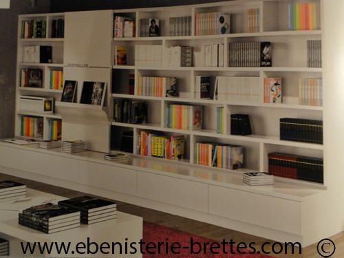 Bibliotheque blanche contemporaine avec etageres ouvertesebenisterie brettes