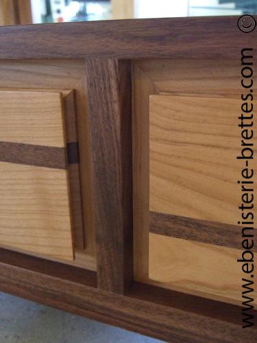 table basse en bois de merisier et noyer dessus en verre
