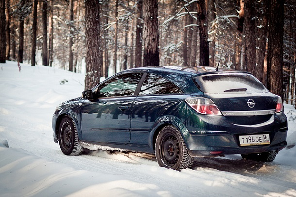Opel Astra Winter Driving