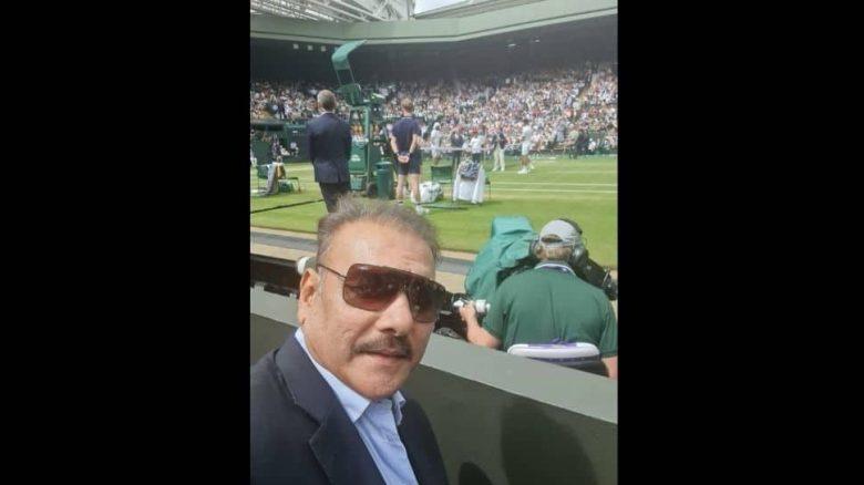 टीम इंडिया के कोच रवि शास्त्री ने नोवाक जोकोविच और माटेओ बेरेटिनी के बीच पुरुष एकल फाइनल के दौरान विंबलडन सेंटर कोर्ट में एक सेल्फी ली। (स्रोत: ट्विटर)