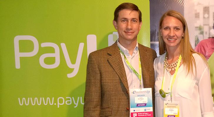 Javier Buitrago y Shelly Pursell en el stand de PayU durante el desarrollo del eCommerce Day Buenos Aires 2015.