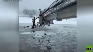 eBlue_economy_انقاذ 2 من شاحنة بعد ان غرقت فى بركة جليدية