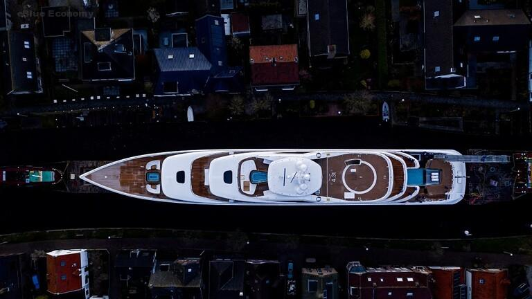 eBlue_economy_يخت هولندي عملاق يشقّ جسرا إلى نصفين