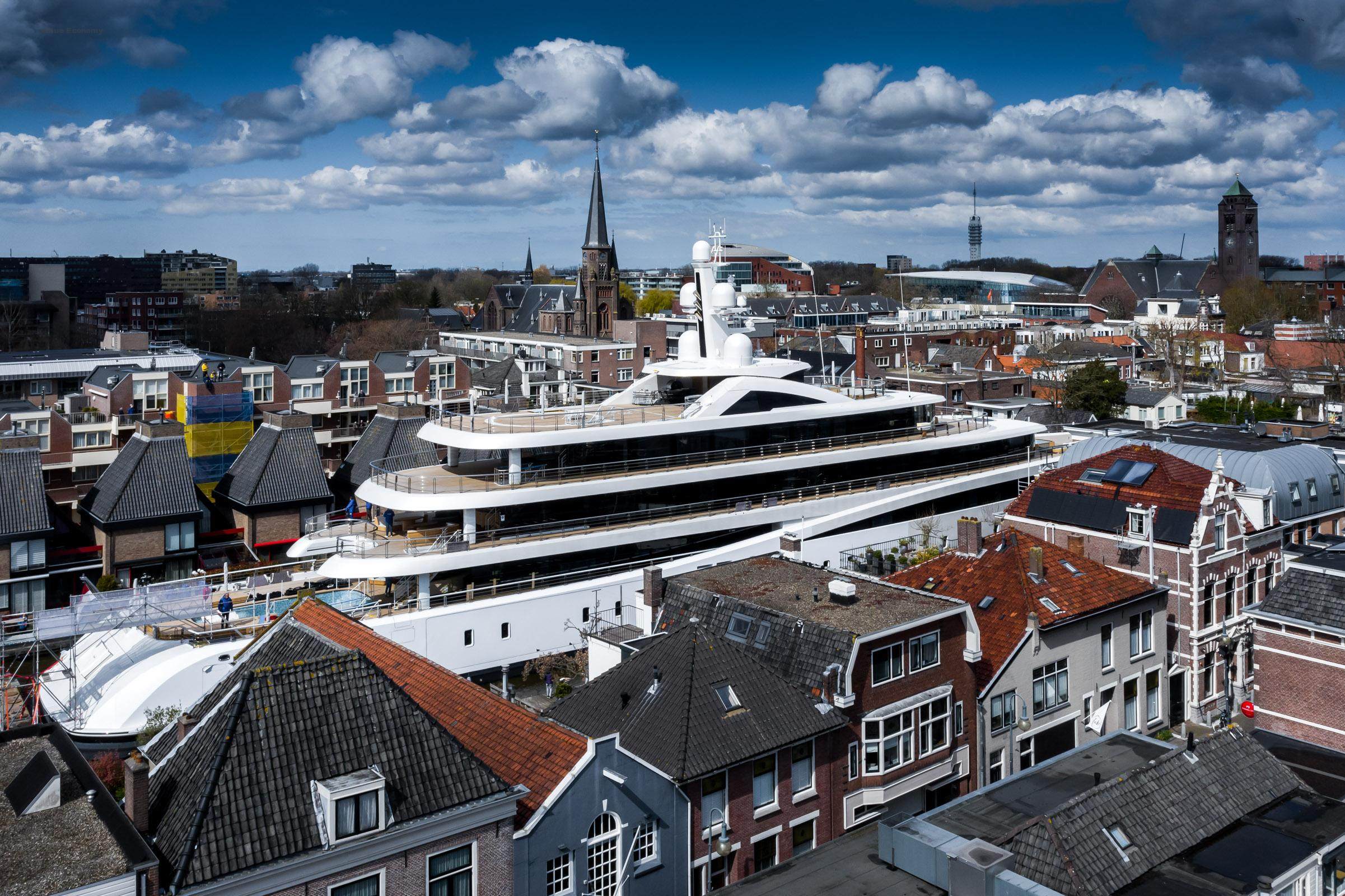 eBlue_economy_33Tight fit as huge super yacht squeezes down Dutch canals