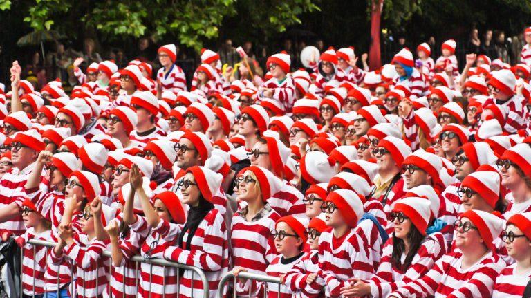 """Ein Bild mit Menschen die sich in typischer """"Wo ist Walter"""" Manier verkleidet haben. Rot gestreifte Mütze und Pullover."""