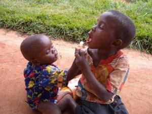 fratello e sorella condividono la caramella