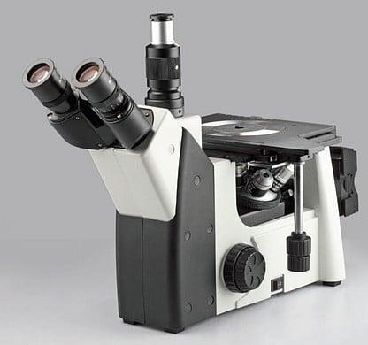 vue de trois quart d' un microscope inversé MHL-50