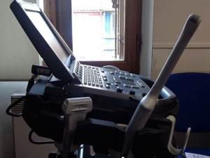 Vue de coté de l' echographe sonosite M-turbo avec trois sondes