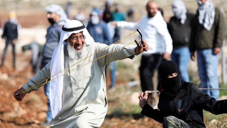 مسنٌ فلسطيني يشعل مواقع التواصل في مواجهات ضد الاحتلال – الشروق أونلاين