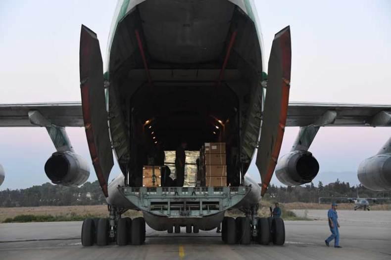 Acheminement de vaccins anti-covid-19 à bord d'un avion de transport militaire