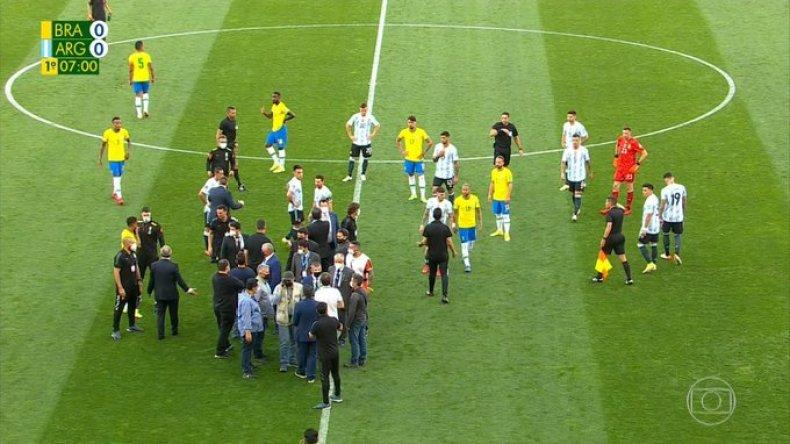 إيقاف مباراة القمّة بين البرازيل والأرجنتين