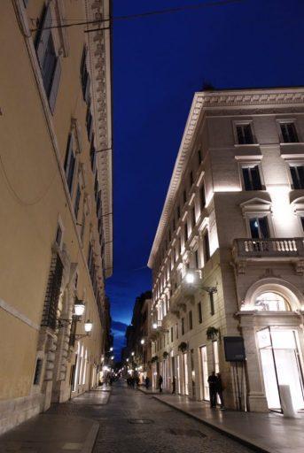 Straat in Rome met avondlicht