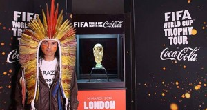 Nixiwaka Yawanawá, indígena brasileño en la presentación del Mundial de fútbol en Londres. FIFA fue impedido de mostrar el mensaje completo en su polo mientras estuvo junto a la copa