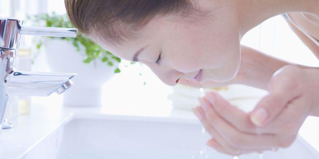 lavarsi la faccia - SCOMMETTIAMO CHE NON SAI LAVARTI LA FACCIA? 4 regole fondamentali