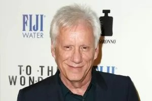 James Woods con i capelli biachi