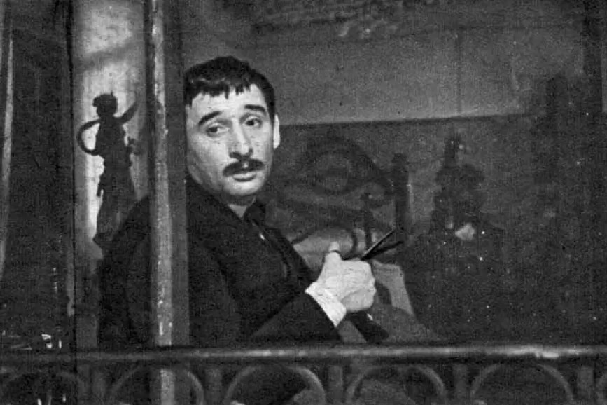 Renato Rascel davanti ad un pianoforte