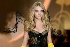 Cara Delevingne svilata di Victoria's Secret