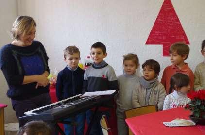 Les chanteurs de La Providence avec leur maître Odette Roman.